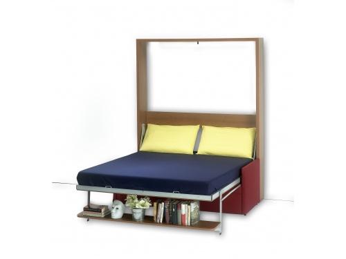 Letto Dile matrimoniale a scomparsa verticale con rete a doghe, divano con braccioli, cuscini e schienale, e una mensola