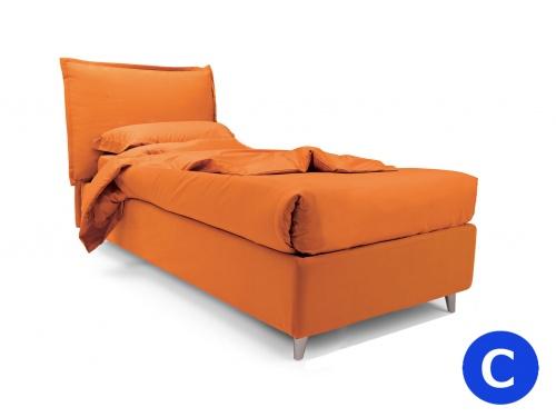 Letto singolo imbottito modello So Pop monocolore con cuscino regolabile in altezza. In foto tessuto Smile colore 9255, piedino obliquo grigio