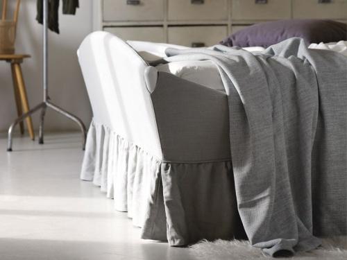 Particolare del letto Lullaby Chic di Noctis in tessuto Nairobi 14 con balza