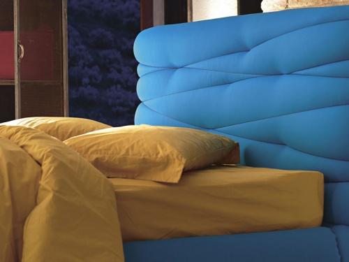 Particolare della testata del letto matrimoniale con morbida testata imbottita Noctis Andy in tessuto Lycra 703