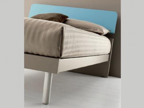 particolare del letto singolo Pinco con giroletto chat e piedino tondo