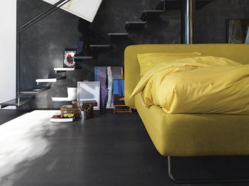 Vista frontale del letto Noctis Doxy con sistema contenitore brevettato Folding Box e piede a slitta. In tessuto Manhattan 804