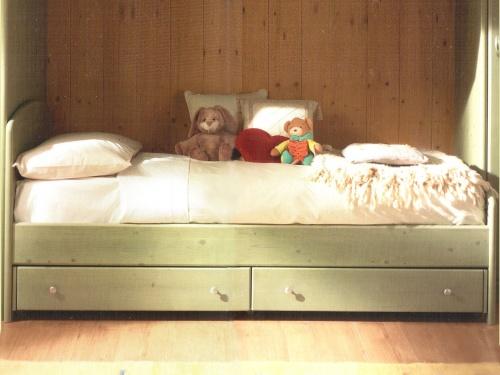 Letto singolo in legno massello modello Armonia con cassetti
