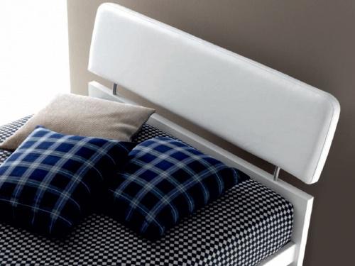 particolare della testata del letto Felix in ecopelle bianca