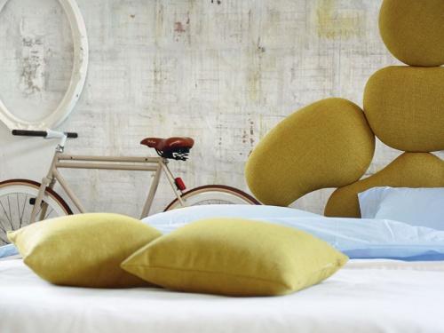 Dettaglio della testata imbottita del letto Stones di Noctis in tessuto Manhattan 804