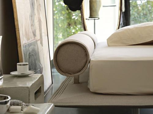 Particolare del cuscino regolabile con un pistone a gas del letto Noctis Flamingo in tessuto Nord Wool 404