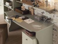 foto riferita a scrivania con piano curvo e cassettiera, gamba sagomata