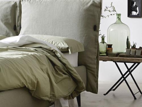 Particolare della testata del letto imbottito contenitore Noctis Eden in tessuto Tecla 18 categoria B