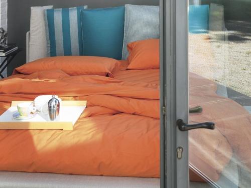 Particolare del letto imbottito Noctis Birdland con testata formata da 6 cuscini colorati in variante inspiration 6