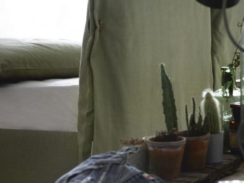 Particolare del retro del letto Noctis Eden Advance in tessuto Tecla 18 categoria B