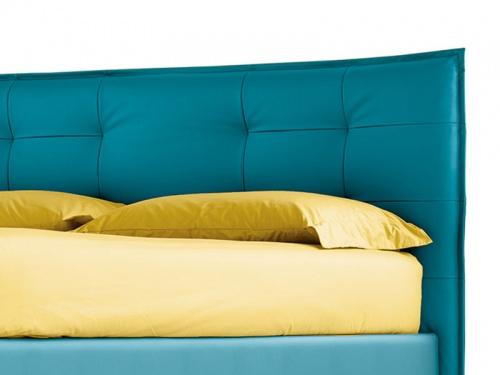 Particolare della testata del letto Noctis Bob Capitonnè in ecopelle Mover Ocean Blue