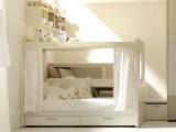 Letto a castello con sopra la scrivania e sotto un letto con rete a doghe per materasso da 80x190cm, compreso di panca e libreria sotto pedana