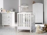 Cameretta per la prima infanzia Baby Re completa di lettino su ruote con cassetto e corredo tessile con paracolpi federa e piumino, bagnetto fasciatoio, armadio e mensola