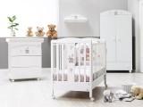 Cameretta per neonato Kuku completa di lettino su ruote con completo tessile, piumino e paracolpi, bagnetto fasciatoio su ruote, mensola appendino e armadio a 2 ante