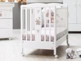 Lettino per neonato 0-3 anni Italbaby Kuku bianco con decorazioni, compensivo di rete a doghe, ruote piroettanti e cassetto