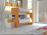 Un letto a castello Doimo Cityline compreso di reti a doghe, scala a 2 cassettoni, pedana, meccanismo di scorrimento frenabile, libreria e protezione del letto alto.