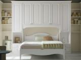 Camera matrimoniale a ponte in legno massello con 2 colonne sagomate a uso comodino e un vano per il letto da 180cm
